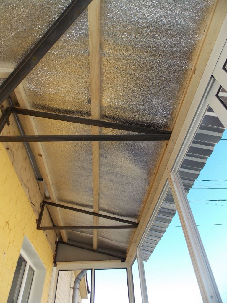 Монтаж металлического каркаса под крышу на балконе.